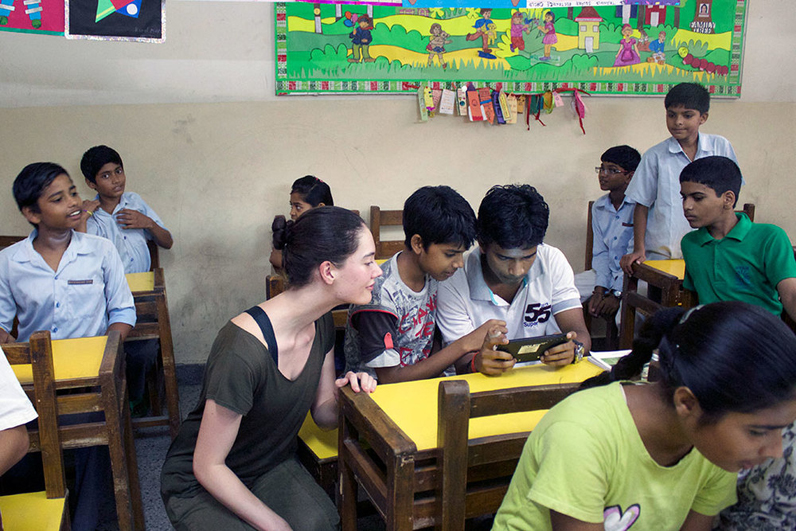 インドにて学生にBeyondABCを紹介するケイト・ウォレスさん